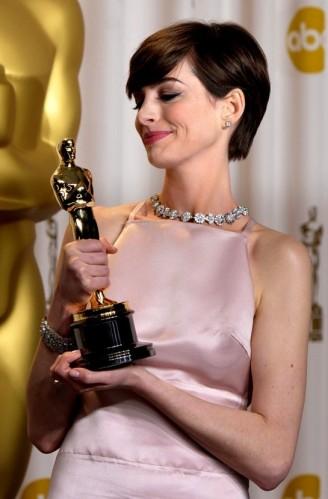LaVieEnRose_10_AnneHathaway_Oscars_2013